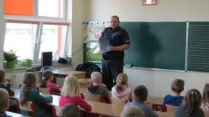Wizyta policjanta w szkole w Krasnosielcu 1