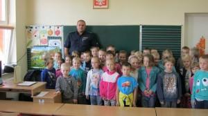 Wizyta policjanta w szkole w Krasnosielcu 2